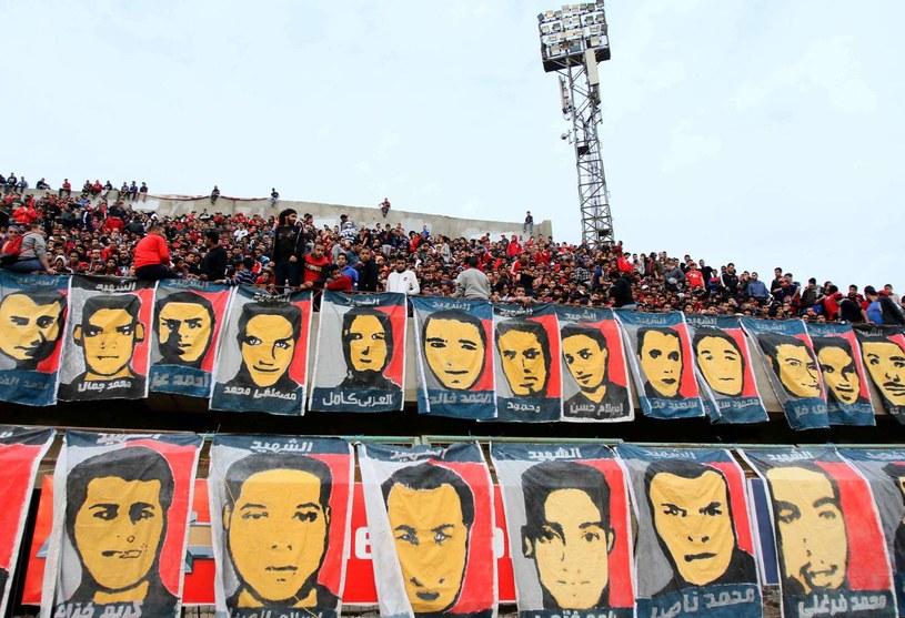 Portrety ofiar zamieszeka na stadionie w Port Saidzie /AFP
