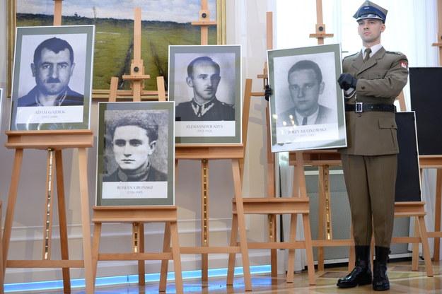 Portrety zidentyfikowanych ofiar /Jacek Turczyk /PAP