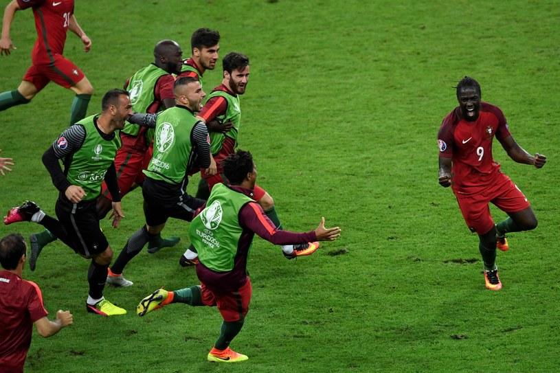 Portugalczycy cieszą się z bramki Edera w finale ME 2016 /MIGUEL MEDINA /AFP