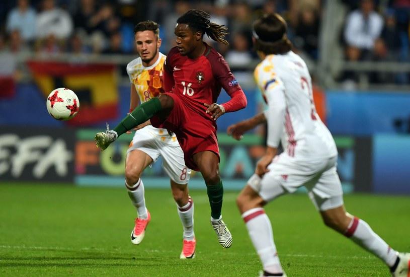 Portugalczyk Renato Sanches (w środku) w walce z Hiszpanami /AFP