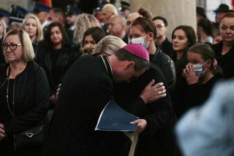 Poruszający moment n pogrzebie tragicznie zmarłego starosty Mariusza Bieńka /Adam Jankowski /East News