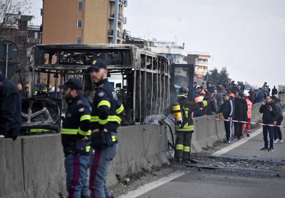 Porywacz podpalił autobus /DANIELE BENNATI  /PAP/EPA