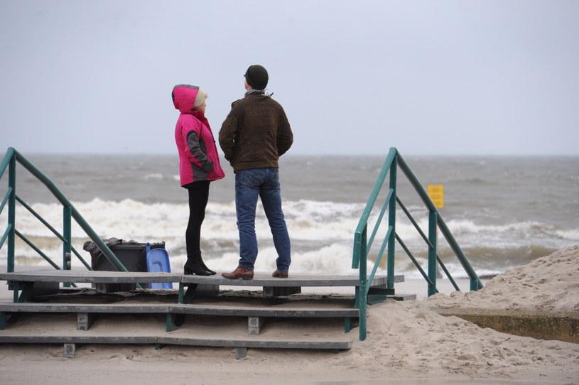 Porywisty wiatr na plaży w Kołobrzegu /Marcin Bielecki /PAP