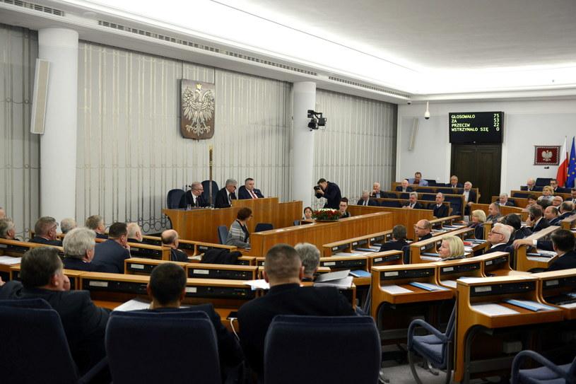 Porządek obrad w Senacie rozszerzono m.in. o ustawę degradacyjną /Jakub Kamiński   /PAP