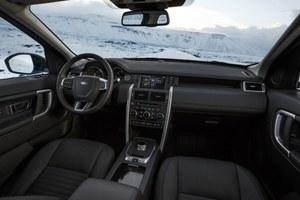 Porządnie wykonany kokpit może zostać wykończony skórą w jednej z pięciu barw. /Land Rover