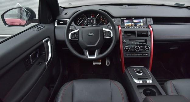 Porządnie wykończony kokpit ożywiają opcjonalne czerwone listwy po bokach konsoli. /Motor