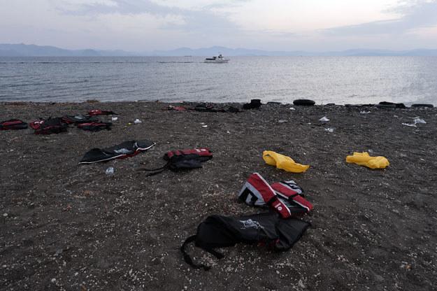 Porzucone przez uchodźców kamizelki ratunkowe (zdjęcie ilustracyjne) /LOUISA GOULIAMAKI /AFP