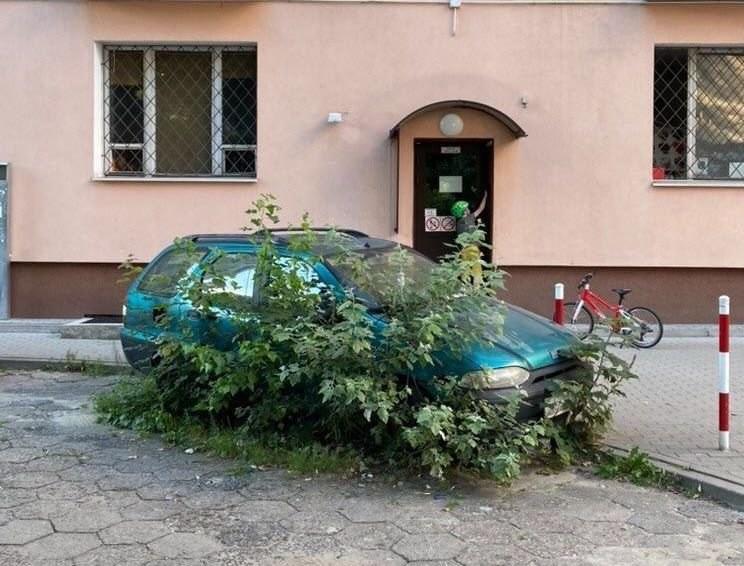 Porzucony samochód na warszawskim Mokotowie /Miasto jest Nasze /Twitter