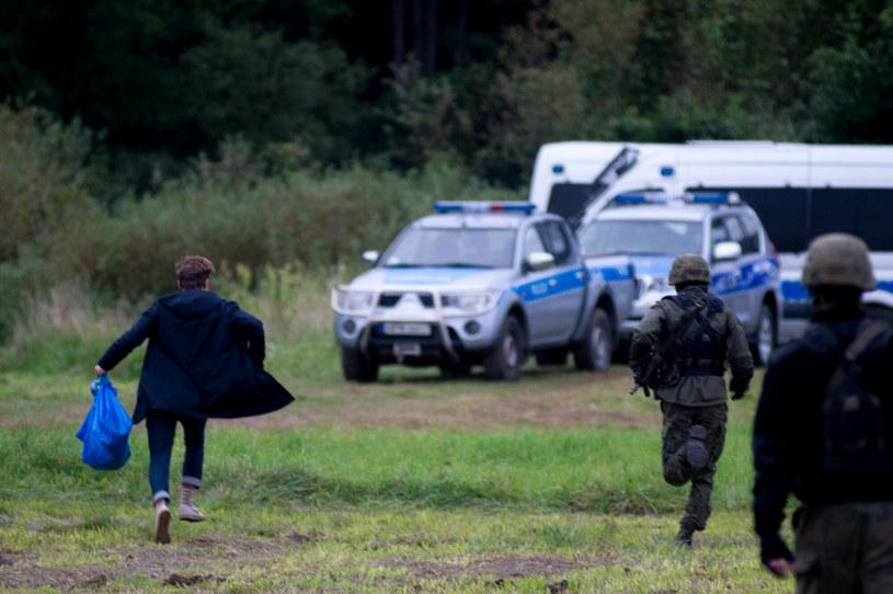 Poseł Franek Sterczewski próbuje przedrzeć się przez kordon Straży Granicznej, by dostarczyć migrantom torbę z kocami i lekami /Mikolaj Kiemblowski/REPORTER /Reporter
