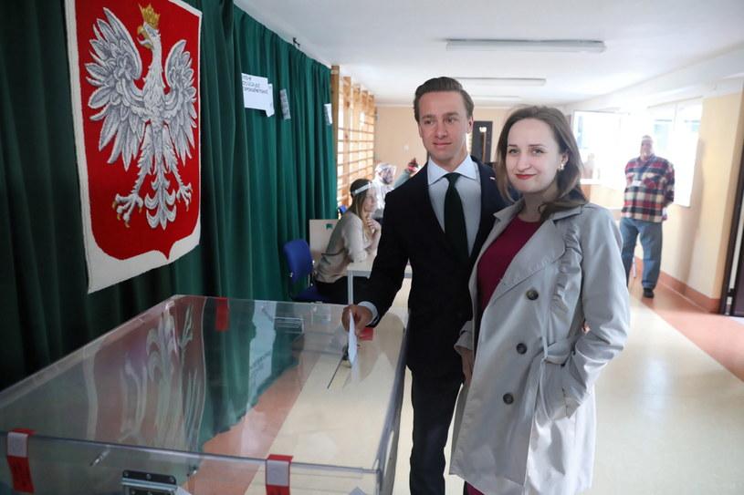 Poseł Konfederacji Krzysztof Bosak (C-L) z żoną Kariną (C-P) głosuje w jednym z lokali wyborczych w Warszawie / Tomasz Gzell    /PAP