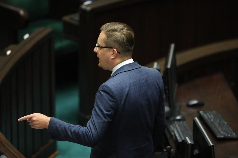 Poseł Konfederacji Robert Winnicki na sali obrad podczas drugiego dnia posiedzenia Sejmu /Wojciech Olkuśnik /PAP
