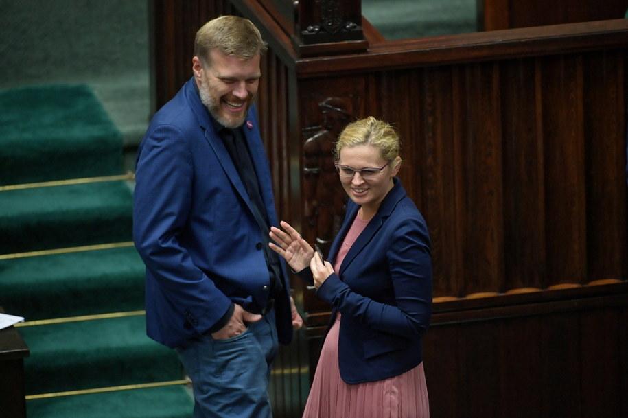 Poseł Lewicy Adrian Zandberg (L) oraz posłanka KO Barbara Nowacka (P) na sali obrad w pierwszym dniu 17. posiedzenia Sejmu / Marcin Obara  /PAP