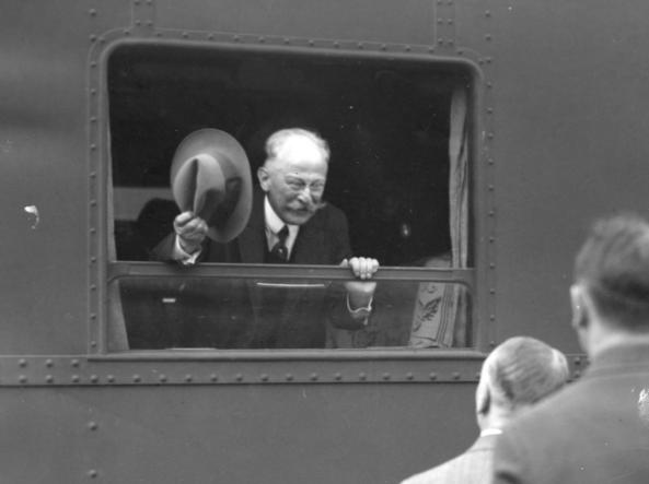 Poseł nadzwyczajny i minister pełnomocny RP w Związku Sowieckim Stanisław Patek na Dworcu Głównym w Warszawie przed wyjazdem do Moskwy /Z archiwum Narodowego Archiwum Cyfrowego