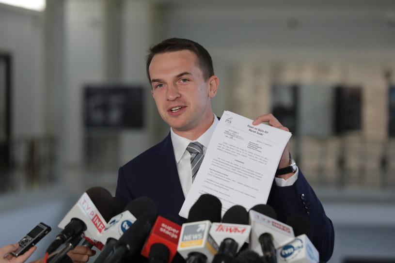 Poseł Nowoczesnej Adam Szłapka podczas konferencji prasowej /Tomasz Gzell /PAP