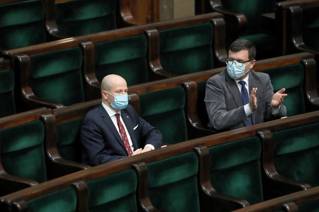 Poseł PiS Bartłomiej Wróblewski (L) odbiera gratulacje na sali obrad w Sejmie w Warszawie /Wojciech Olkuśnik /PAP