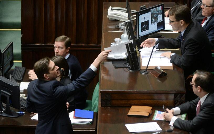 Poseł PiS Bartosz Kownacki i marszałek Sejmu Radek Sikorski /Bartłomiej Zborowski /PAP