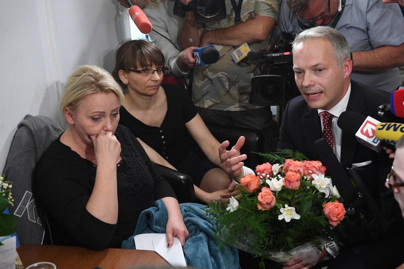 Poseł PiS Jacek Żalek (P) rozmawia z rodzicami osób niepełnosprawnych m.in. z Iwoną Hartwich (L) w Sejmie / Radek Pietruszka   /PAP