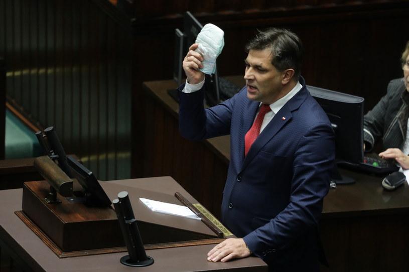 Poseł PiS Piotr Kaleta z pieluszką zadedykowaną posłowi PO Michałowi Szczerbie /Tomasz Gzell /PAP