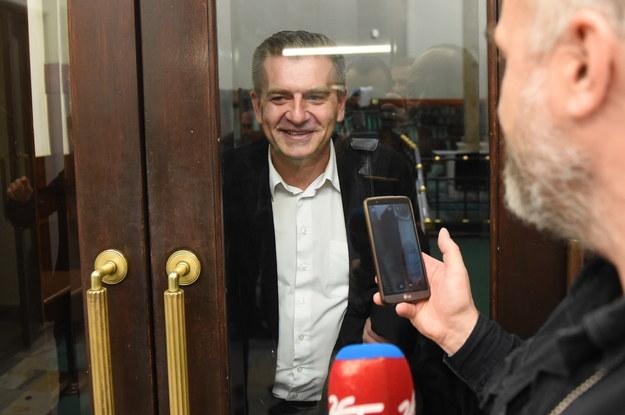Poseł PO Bartosz Arłukowicz na zamkniętej dla dziennikarzy loży w Sejmie /Radek Pietruszka /PAP