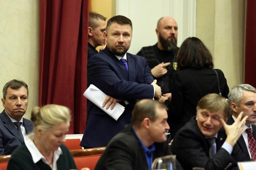 Poseł PO Marcin Kierwiński (C) podczas nadzwyczajnego posiedzenia Rady m.st. Warszawy /Tomasz Gzell /PAP