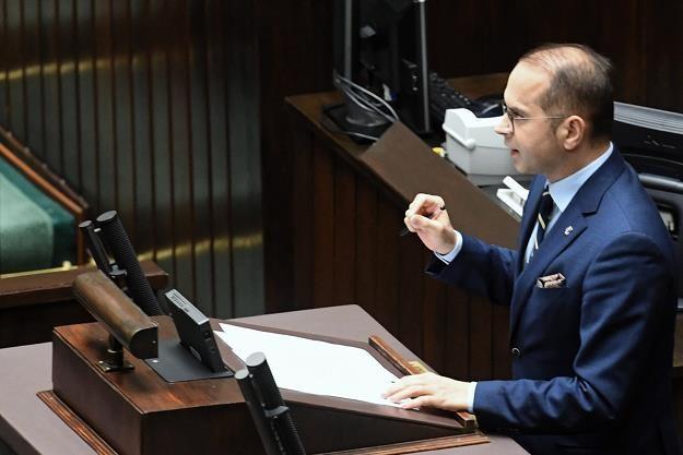 """Poseł PO Michał Szczerba podczas debaty nad obywatelskim projektem ustawy """"Emerytura bez podatku"""" /PAP"""