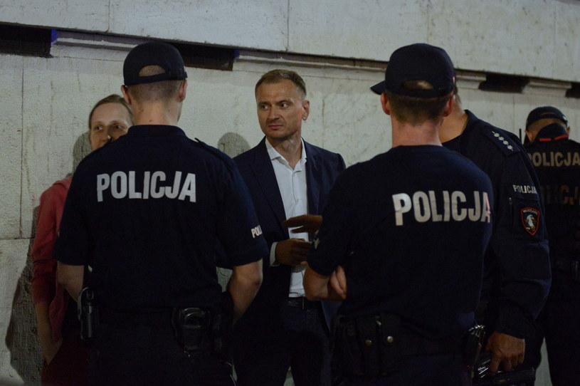 Poseł Sławomir Nitras (PO) interweniuje ws. protestujących przed Sejmem / Jakub Kamiński    /PAP
