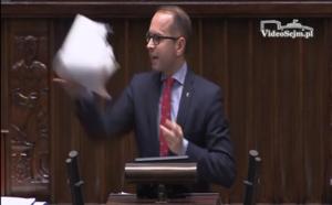 Poseł Szczerba z sejmowej mównicy rzuca projektami ustaw