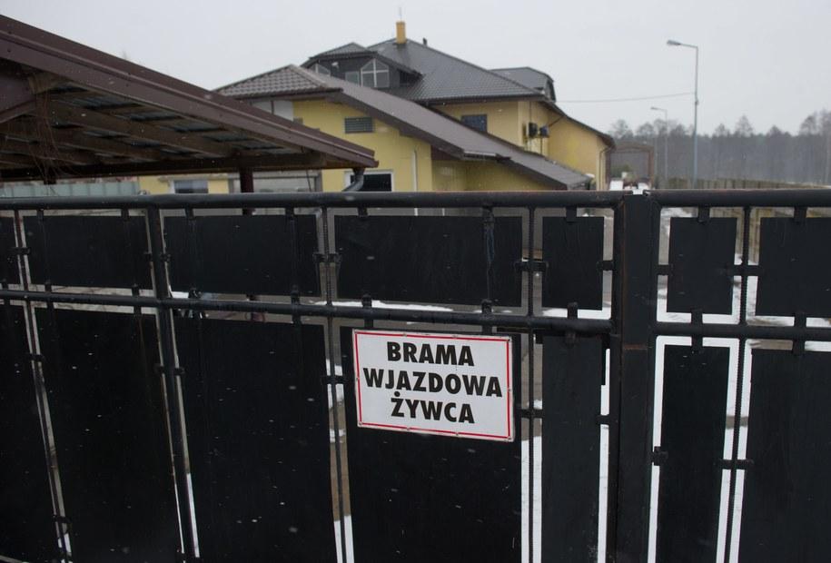 Posesja w miejscowości Rosławowice k. Białej Rawskiej, gdzie mieści się ubojnia z ukrytymi magazynami z mięsem nieznanego pochodzenia /Grzegorz Michałowski /PAP