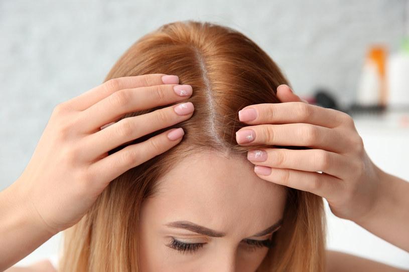 Posiadaczki delikatnych i cienkich włosów z reguły borykają się z problemem ich nadmiernego przetłuszczania /123RF/PICSEL