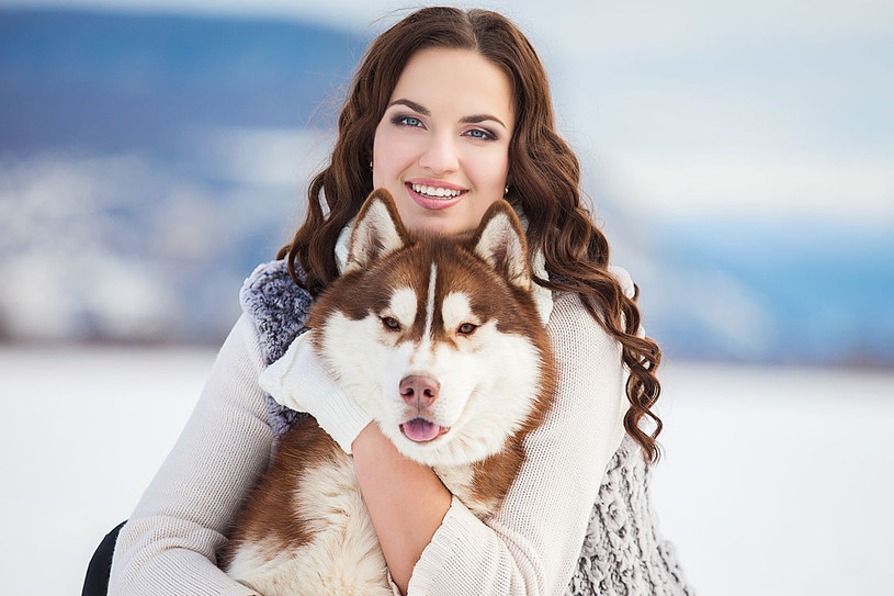 Posiadanie psa może znacząco wpływać na obniżenie ciśnienia krwi u jego właściciela. Poza tym nasz czworonożny przyjaciel zmusi nas do minimalnego wysiłku jakim jest codzienny spacer /123RF/PICSEL