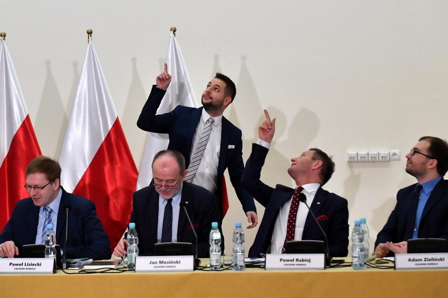 Posiedzenie komisji przerwano z powodu lampy, która wygląda jakby miała się urwać /Bartłomiej Zborowski /PAP