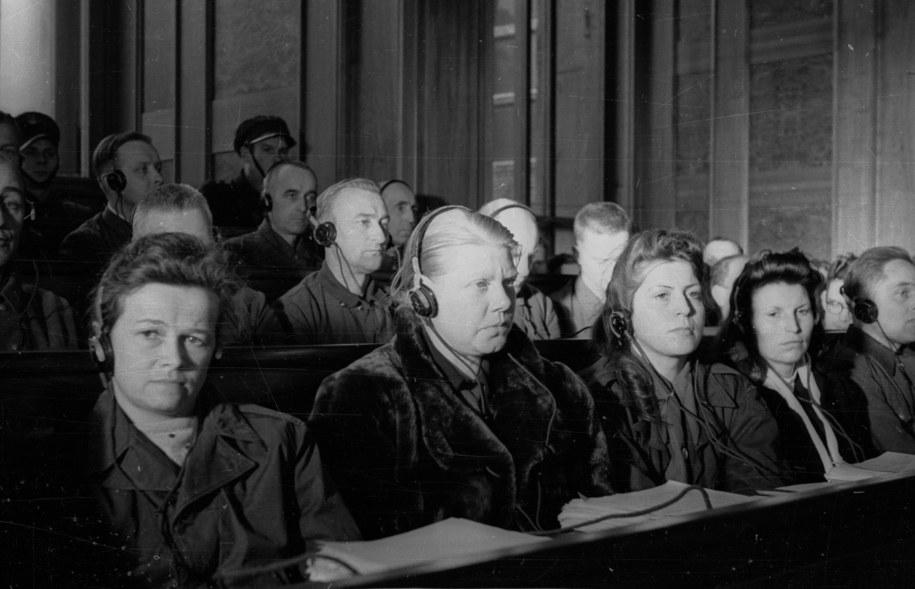 Posiedzenie Najwyższego Trybunału Narodowego w sali Muzeum Narodowego w Krakowie 24 listopada 1947 roku. Pierwszy dzień rozprawy przeciwko 40 zbrodniarzom hitlerowskim z SS, członkom załogi niemieckiego obozu zagłady w Auschwitz-Birkenau (Oświęcim- Brzezinka). Nz. w ławie oskarżonych dozorczynie obozu: T. Brandl (1L), Alice Orlowski (2L), Luise Danz (3L), Hildegard Lächert (4L). /CAF /PAP