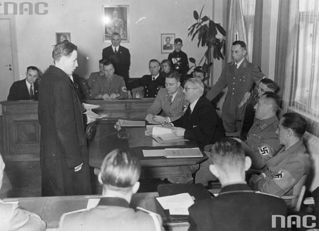 Posiedzenie niemieckiej volkslisty w Toruniu. Wśród gości obecny minister propagandy III Rzeszy Josef Goebbels (pierwszy z prawej) /Z archiwum Narodowego Archiwum Cyfrowego