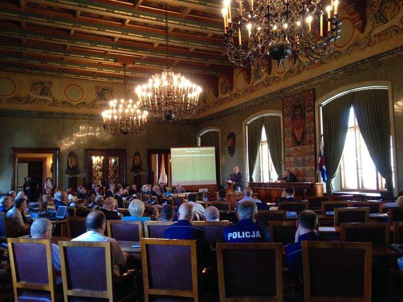 Posiedzenie odbywalo się w Sali Obrad Rady Miasta Krakowa im Staniława Wyspiańskiego /JT /INTERIA.PL