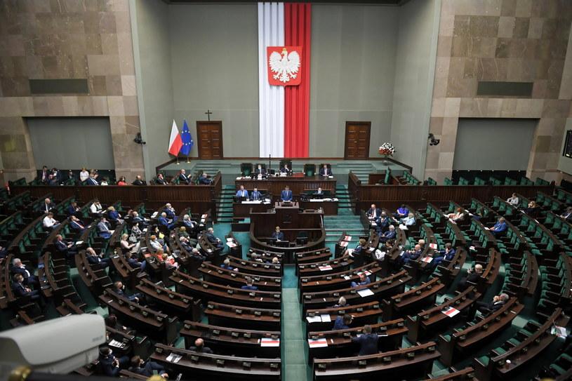 Posiedzenie Sejmu. Posłowie mają jednak możliwość głosowania nie tylko na Wiejskiej. / Radek Pietruszka   /PAP