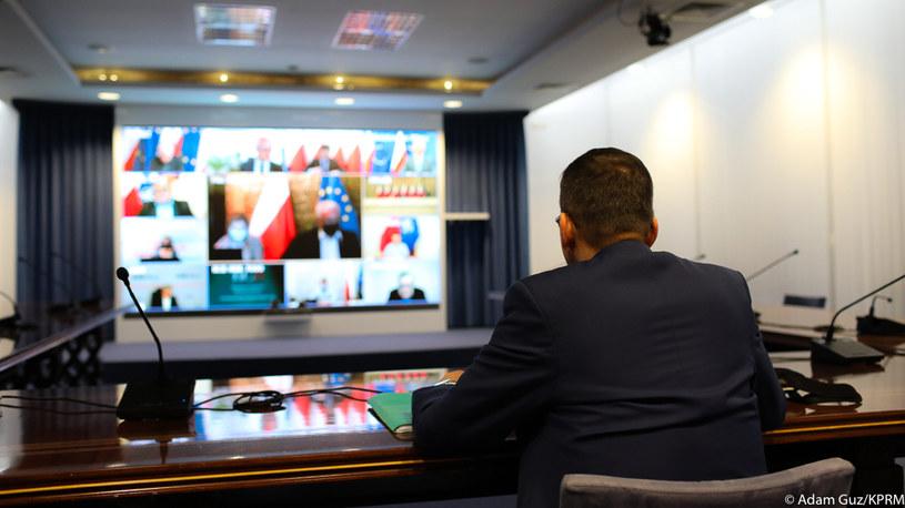 Posiedzenie zespołu zarządzania kryzysowego z udziałem premiera Morawieckiego /