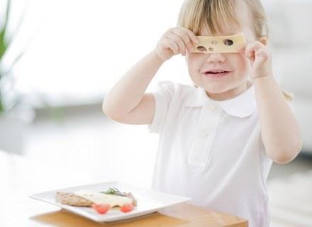 Posiłek na dobranoc musi zaspokajać głód dziecka i wypełniać jego żołądek na dłużej /poboczem.pl
