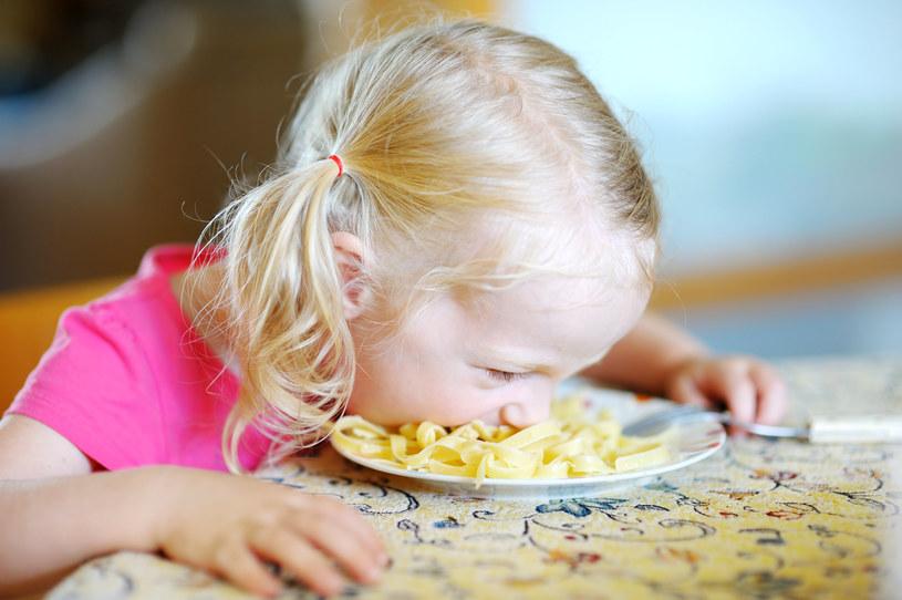 Posiłek w towarzystwie dziecka bywa wyzwaniem /123RF/PICSEL