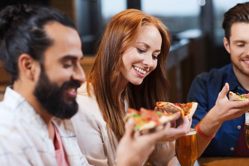 Posiłek zjedzony w towarzystwie przyjaciół niezawodnie poprawia humor /123RF/PICSEL