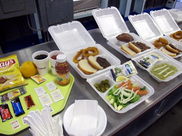 Posiłki dla więźniów /Inga Czerny  /PAP
