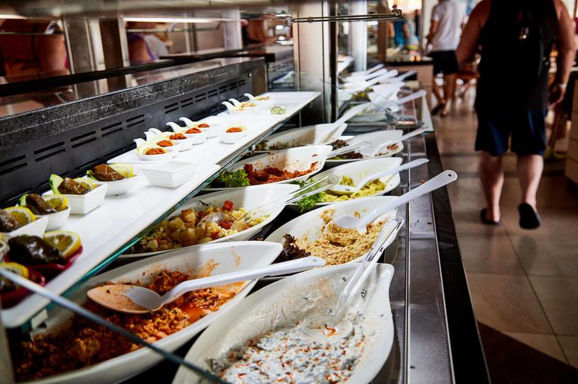 Posiłki z hotelowej stołówki, jeśli nie są przygotowywane z zgodnie z zasadami, mogą zawierać pałeczki salmonelli /123RF/PICSEL