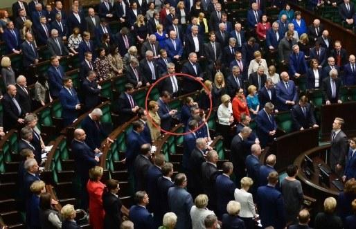 Posłanka Krystyna Pawłowicz podczas minuty ciszy w Sejmie /Jakub Kamiński   /PAP