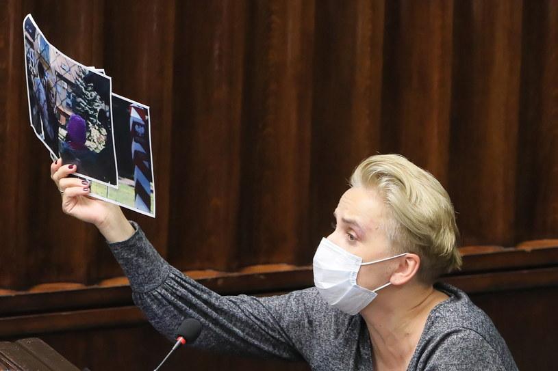 Posłanka Lewicy Joanna Scheuring-Wielgus trzyma w dłoni zdjęcia dzieci migrantów / Paweł Supernak   /PAP