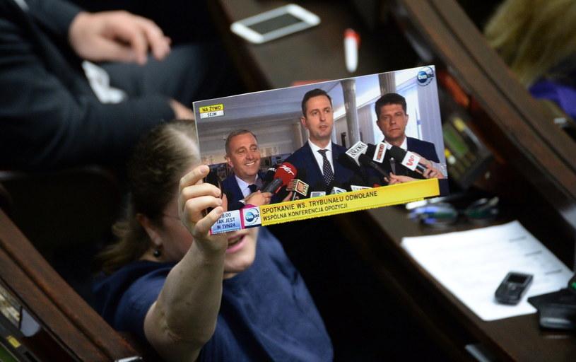 Posłanka PiS Krystyna Pawłowicz pokazuje printscreen z TVN24 z konferencji opozycji w Sejmie /Jacek Turczyk /PAP