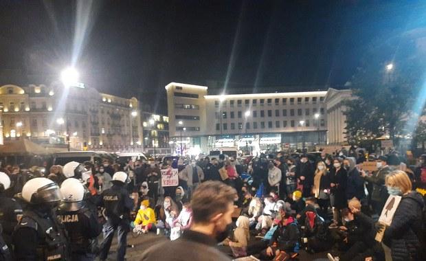 Posłanka PiS o zajściu na pl. Trzech Krzyży: Mężczyźni bronili kościoła, tłum rzucał petardami
