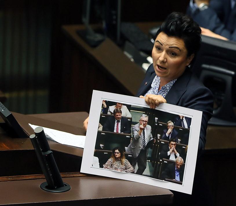 Posłanka PO prezentuje dowód na zachowanie posła PiS /Tomasz Gzell /PAP