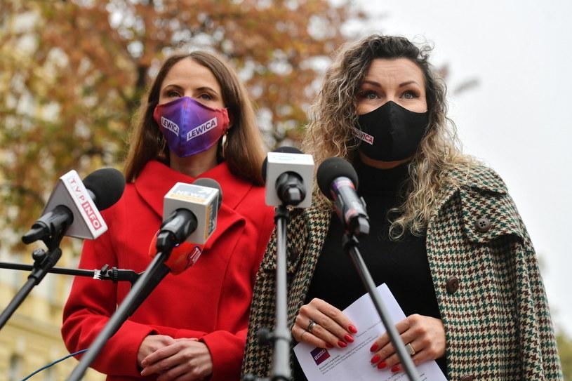Posłanki Lewicy Agnieszka Dziemianowicz-Bąk i Monika Pawłowska podczas konferencji prasowej /Piotr Nowak /PAP