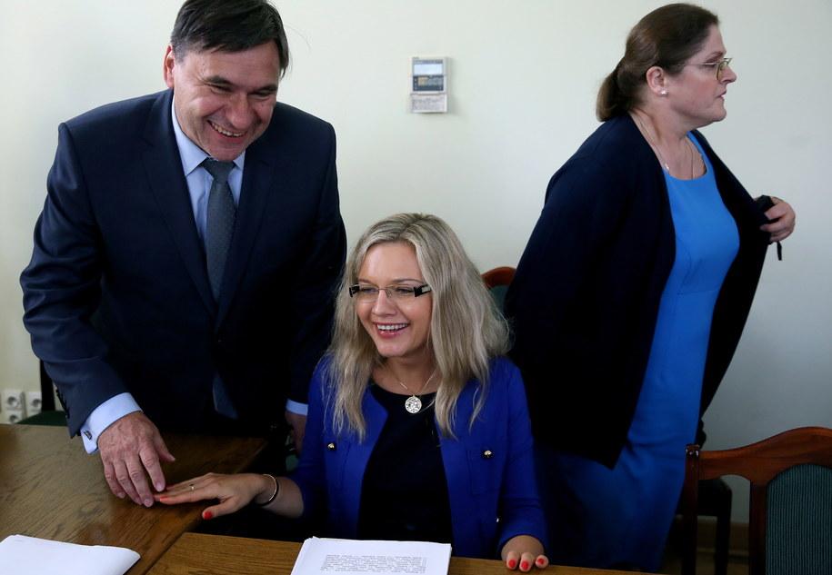 Posłanki Małgorzata Wassermann i Krystyna Pawłowicz oraz poseł Wojciech Szarama z PiS podczas posiedzenia sejmowej komisji ustawodawczej /Tomasz Gzell /PAP