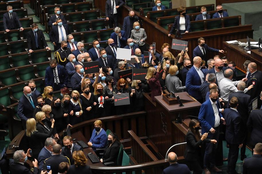 Posłanki opozycji blokują ławy PiS na sali obrad Sejmu /Piotr Nowak /PAP