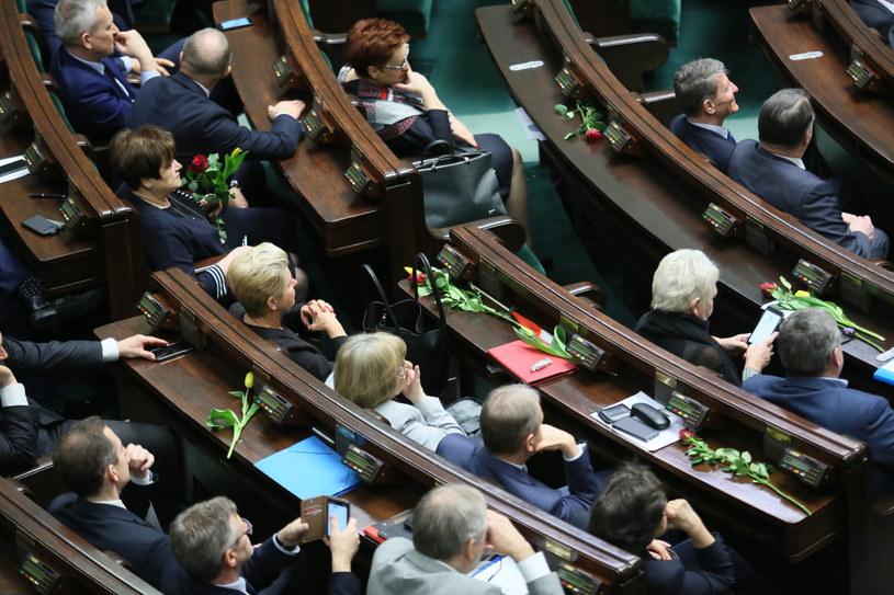 Posłanki z kwiatami na Dzień Kobiet w Sejmie /Leszek Szymański /PAP
